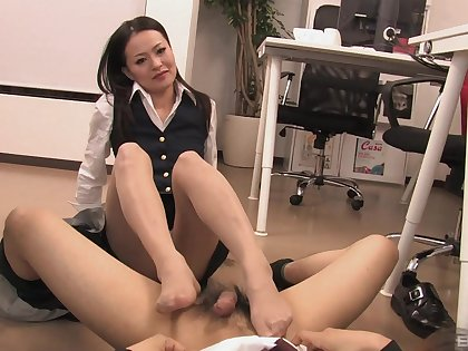 Mai Mizusawa is the real queen of a footjob and blowing after that