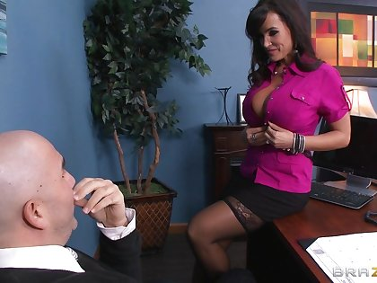 Dirty pornstar Lisa Ann loves to be fucked by a throbbing boner
